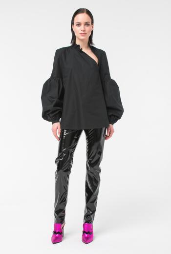 Блузка с длинными рукавами и вырезом