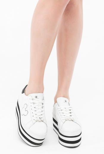 Кроссовки с отделкой из жемчуга